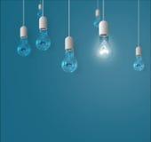 Lampen, die von oben genanntem auf einem blauen Hintergrund hängen Stockfotos