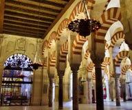 Lampen en bogen van de Moskee van Cordoba Spanje stock foto