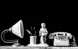 Lampen en oude telefoon op houten stock afbeelding