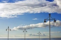 Lampen, hemel en overzees Royalty-vrije Stock Foto