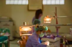 Lampen im zahnmedizinischen Raum und in der Doktorsorgfalt für den geduldigen Hintergrund Lizenzfreie Stockfotos