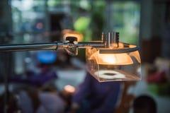 Lampen im zahnmedizinischen Raum und in der Doktorsorgfalt für den geduldigen Hintergrund Lizenzfreies Stockbild