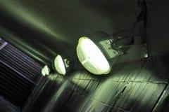 Lampen innen unterirdisch Stockbild