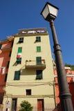 Lampen-Pfosten und Gebäude Stockfotografie