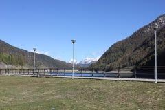 Lampen rond het meer in berg Stock Afbeelding