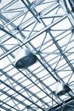 Lampen und metallische Träger auf Glasdecke Stockfoto