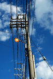 Lampen und Strommaste Stockfotografie