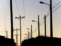 Lampen und Telefonpole Stockbild