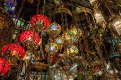 Lampenglas in de straatmarkt in Istanboel, Turkije stock foto's