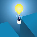 Lampenhauptmensch gegen Begriffshintergrund Geschäftsmann-Across Gap With-Idee Ballon Lizenzfreies Stockfoto