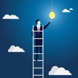 Lampenhauptmensch gegen Begriffshintergrund Kletternde Leiter, die Ideen-Birne erreicht Stockfotografie
