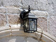 Lampenlicht auf weißer Backsteinmauer Lizenzfreies Stockfoto
