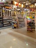 Lampenplanken in supermarkt Stock Foto's
