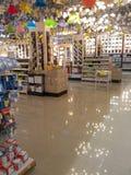 Lampenplanken in supermarkt Stock Fotografie