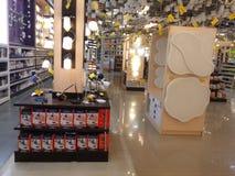 Lampenplanken in supermarkt Royalty-vrije Stock Foto's