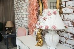 Lampenschirm mit rosa Rosen und Perlen Lizenzfreie Stockfotografie