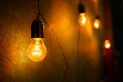 Lampes à incandescence dans un studio moderne Lampe d'Edison Photos libres de droits
