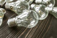 Lampes à incandescence sur le fond en bois Photo stock