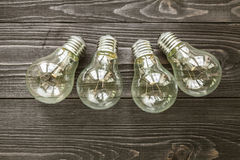 Lampes à incandescence sur le fond en bois Images stock