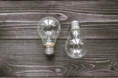 Lampes à incandescence sur le fond en bois Photographie stock