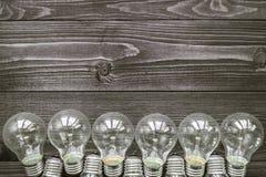 Lampes à incandescence sur le fond en bois Photo libre de droits