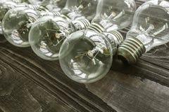 Lampes à incandescence sur le fond en bois Photos stock