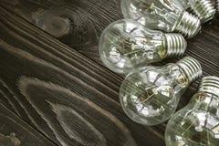 Lampes à incandescence sur le fond en bois Image libre de droits