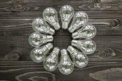 Lampes à incandescence sur le fond en bois Image stock