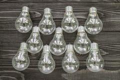 Lampes à incandescence sur le fond en bois Photos libres de droits