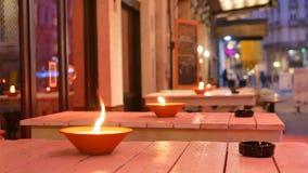 Lampes à pétrole brûlant extérieures la nuit à Bruxelles - tir moyen banque de vidéos