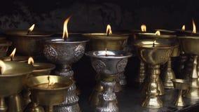 Lampes à pétrole rituelles argentées et en bronze banque de vidéos