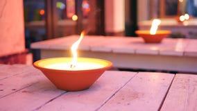 Lampes à pétrole romantiques brûlant extérieures à la soirée à Bruxelles banque de vidéos