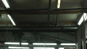 Lampes électriques avec une brûlure légère blanche froide dans la vieille forge de construction banque de vidéos