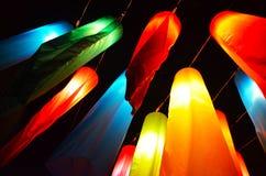 Lampes accrochantes colorées en Thaïlande Photo stock