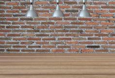 Lampes argentées sur le plafond et un contexte sur un mur de briques avec Photo stock
