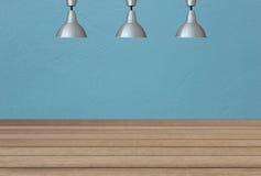 Lampes argentées sur le plafond et un contexte sur un wa concret bleu Photographie stock
