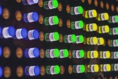 Lampes au néon de fête colorées sur un fond noir blur image stock