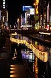 Lampes au néon de ville d'Osaka, Japon images libres de droits