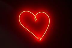 Lampes au néon rouges de forme de coeur Images stock