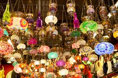 Lampes colorées d'Ottoman de mosaïque de bazar grand à Istanbul, Turquie Marché de lanternes à Istanbul image libre de droits