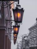 Lampes décoratives accrochantes sur le bâtiment photographie stock libre de droits