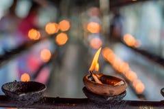 Lampes d'huile de noix de coco dans le temple Images stock