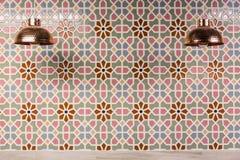 Lampes de cuivre et tuiles marocaines de mur Image libre de droits