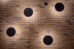 Lampes en acier noires avec la lumière sur le mur de briques orange pour le fond photos stock