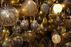 Lampes marocaines de lanternes en verre et en métal à Marrakech image stock