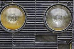Lampes principales sur un gril de véhicule de ferme Images libres de droits