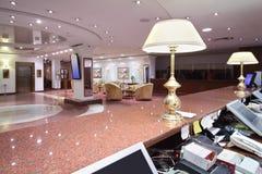 Lampes sur le compteur de marbre dans la zone d'accueil et le grand lobby image libre de droits