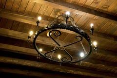 Lampes sur le toit en bois Image stock