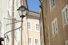 Lampes sur un bâtiment à Salzbourg Photos libres de droits