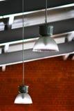 Lampes, toit et mur de briques rouge Images libres de droits